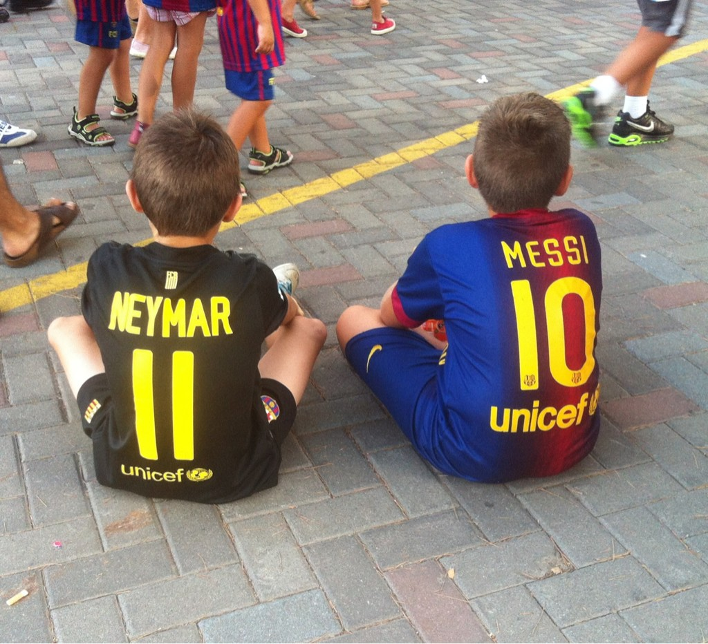 Neymar y Messi, juntos en el Camp Nou para ver el Gamper y vestidos del Barça http://t.co/OygdD9mX