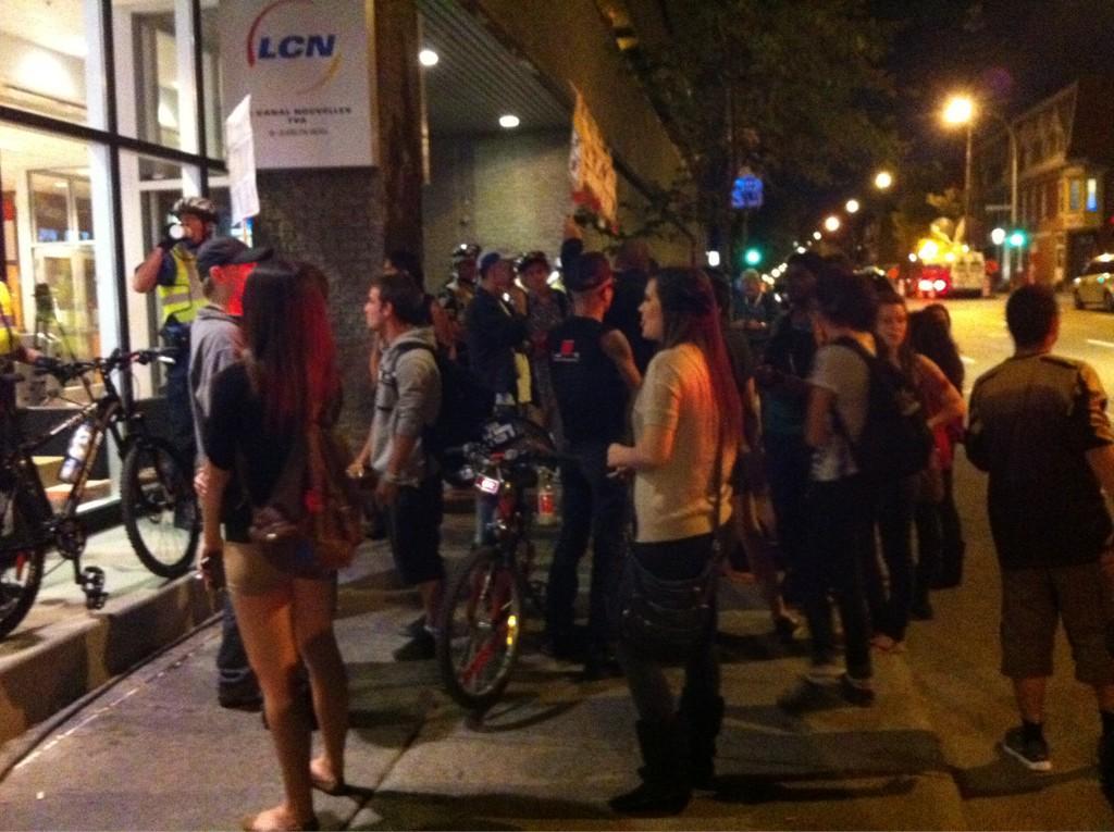 #manifencours #ggi Devant TVA. Trop comique. La police protᅢᄄgent les fenᅢᆰtre d'un groupe de pacifiste. http://t.co/StmOU6Aa
