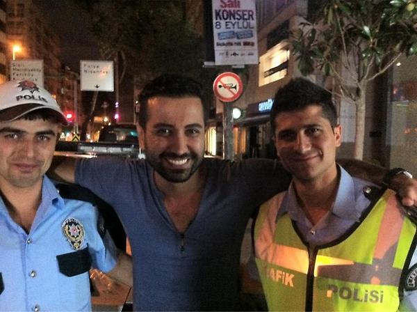 Tan Gazetesi (@TanGazetesi): Dün gece trafik kontrolüne yakalanan @TanTasci alkol oranının 0 promil çıkması şerefine polislerle fotoğraf çektirdi: http://t.co/AAJNoozM