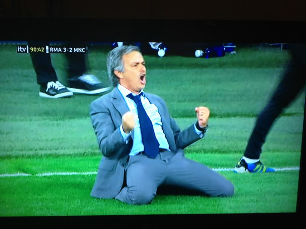 RT @BBCSporf: Retweet this tweet, if you love the famous Jose Mourinho knee slide. http://t.co/Vgrz1GbO