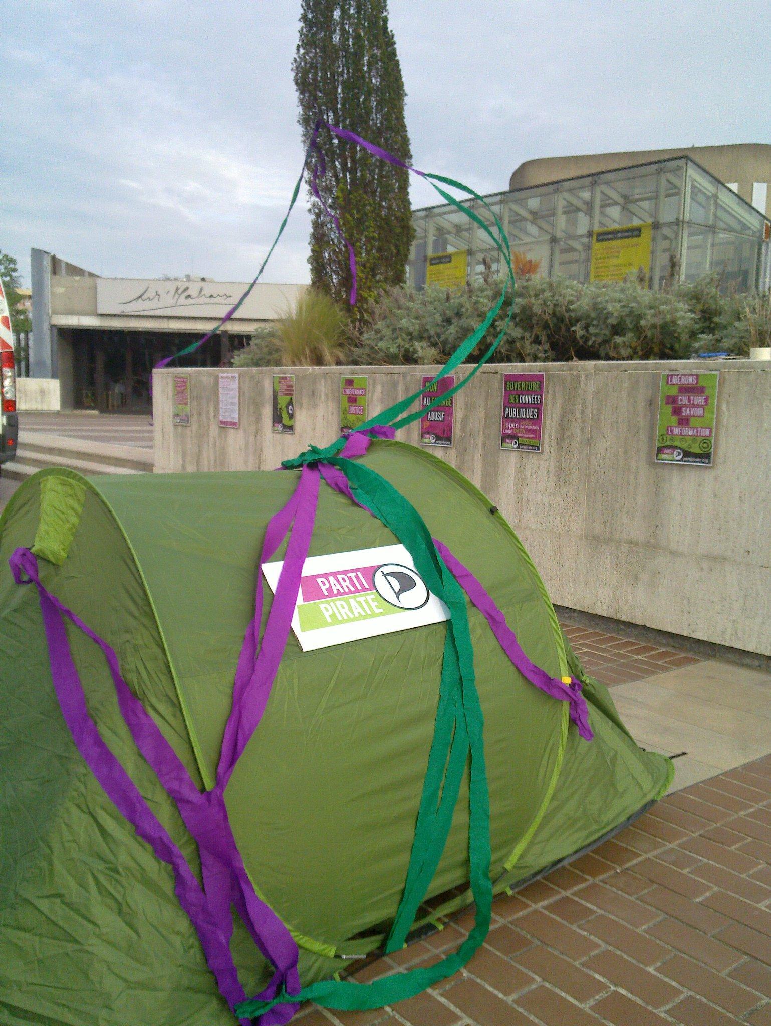 RT @davidnadasi: Tente de campagne piratée. @PartiPirate #Circo9402 #Législatives2012 http://t.co/A49vES4C