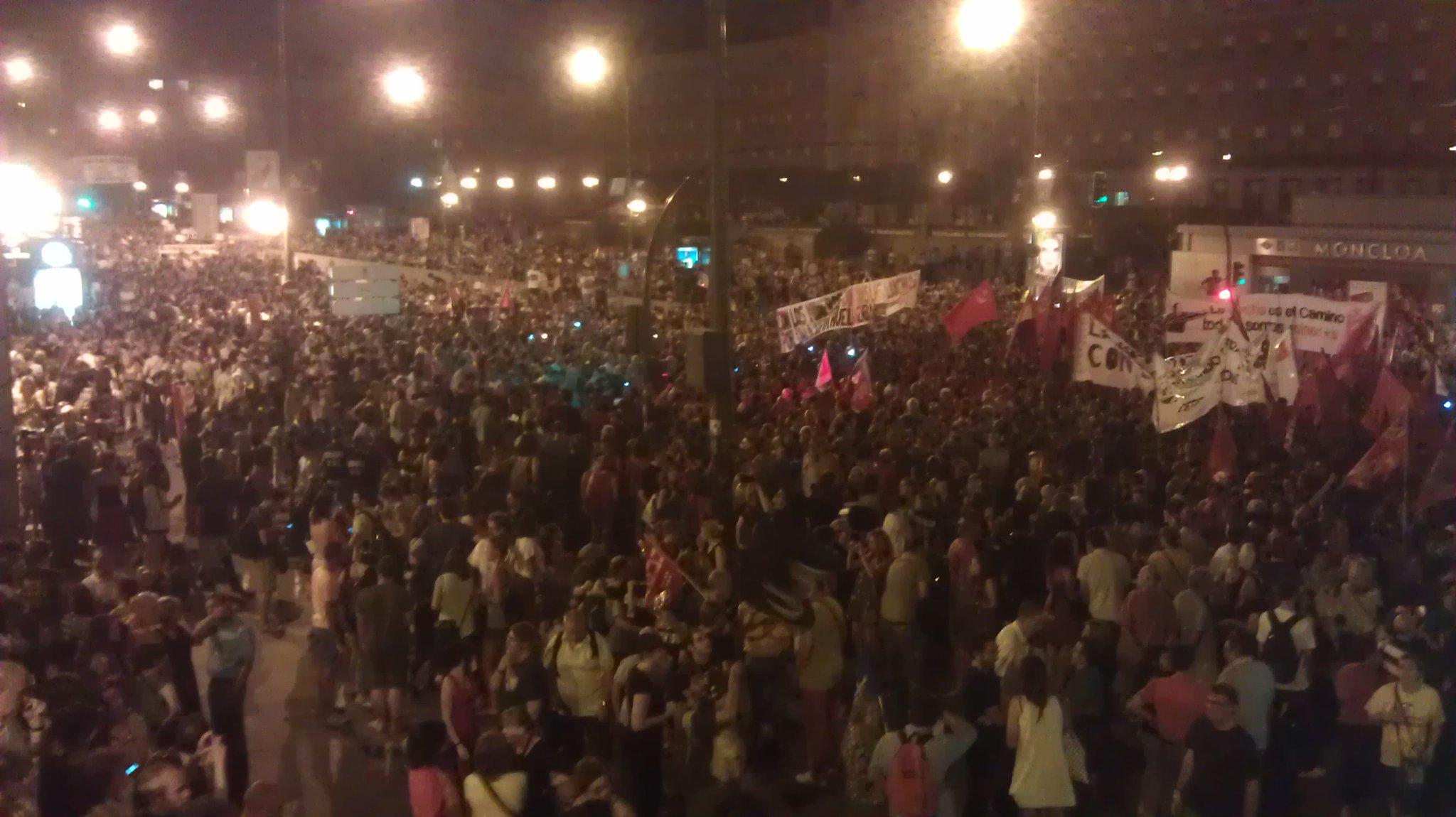 '@LuisWSev: #nocheminera la calle princesa llena de gente hasta donde llega la vista http://t.co/Xc3C3Vhg'