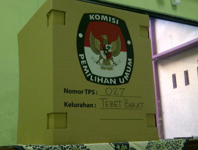Selesai coblosan, nanti bilik suara bisa dikiloin dah...menghasilkan uang, dari seluruh TPS di Jakarta, trus sedekahin http://t.co/7AoYFk7S