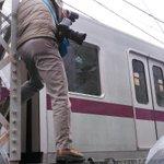 竹ノ塚にいるのだがすんごい撮り方してるカメラマンいた 東武の作業員が危ないので降りてくださいとの注意を完全無視する始末 で腹部に日本経済新聞の腕章下げてた 有名新聞社の記者としてどうなのかと思った http://t.co/hYXm5bQ1Ki