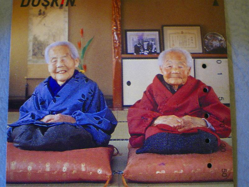 お見事っ!RT @33u: この画像が金と銀に見えるか、青と赤に見えるかで世代が分かります。 http://t.co/mky6A3qn4z
