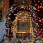 RT @EvelingTrejo: Virgen de Chiquinquirá, patrona de los zulianos! Bendice a Venezuela! http://t.co/6Nzv3O3yJu