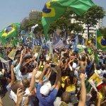 """RT @uhtredbb: Sabe o melhor? Todos felizes, ninguém babando de ódio! """"@indio: @AecioNeves em Copacabana, olha quanta gente! http://t.co/GRV0uf6ZWC"""""""