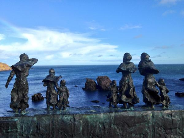 bronze of families looking for their loved ones lost in the fishing disaster 1881 never fails to move me #Eyemouth http://t.co/zBeEQRqWFL