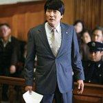 영화 '변호인'처럼. 불법집회 혐의로 기소된 한 변호사의 첫 재판에 30여명의 동료 변호사들이 변호인으로 나왔습니다. http://t.co/f4JE2d26EQ http://t.co/qpApU8dsPF
