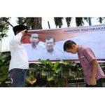 "Di Medan, ""Prabowo"" Beri Hormat, ""Jokowi"" Membungkuk.. #PresidenJokowi #IndonesiaBaru   Pic by @tribunmedan http://t.co/8AH0Y4DjGI"