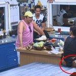 Lorena fala que Helo é porca pq coloca os pés na mesa. Pior é ela que põe o cu http://t.co/EzSjhQtJFk