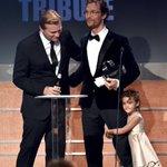 RT @kinopoiskru: Кристофер Нолан вручает Мэттью МакКонахи премию American Cinematheque. Трогательный бонус: дочь актера ;) http://t.co/5d28KFw500