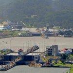 RT @canaldepanama: Desde el Cerro Ancón, una mirada al #canaldepanama durante el traslado de su nueva compuerta. http://t.co/Ve5gdhYx1y