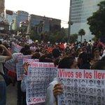 """""""¡Vivos se los llevaron, los queremos vivos!"""" Así la protesta #AyotzinapaSomosTodos en el Ángel. http://t.co/zXRDCEGpNy"""