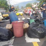 Maestros de Centro Escolar Republica del Perú Sacan la basura a la calle y generan fuerte tráfico .@teledos_tcs http://t.co/NDPAGpC407