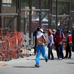 #Chilpancingo Normalistas saquean tiendas de autoservicio en la capital http://t.co/RPbInzttHJ http://t.co/ADP2v2X2BH