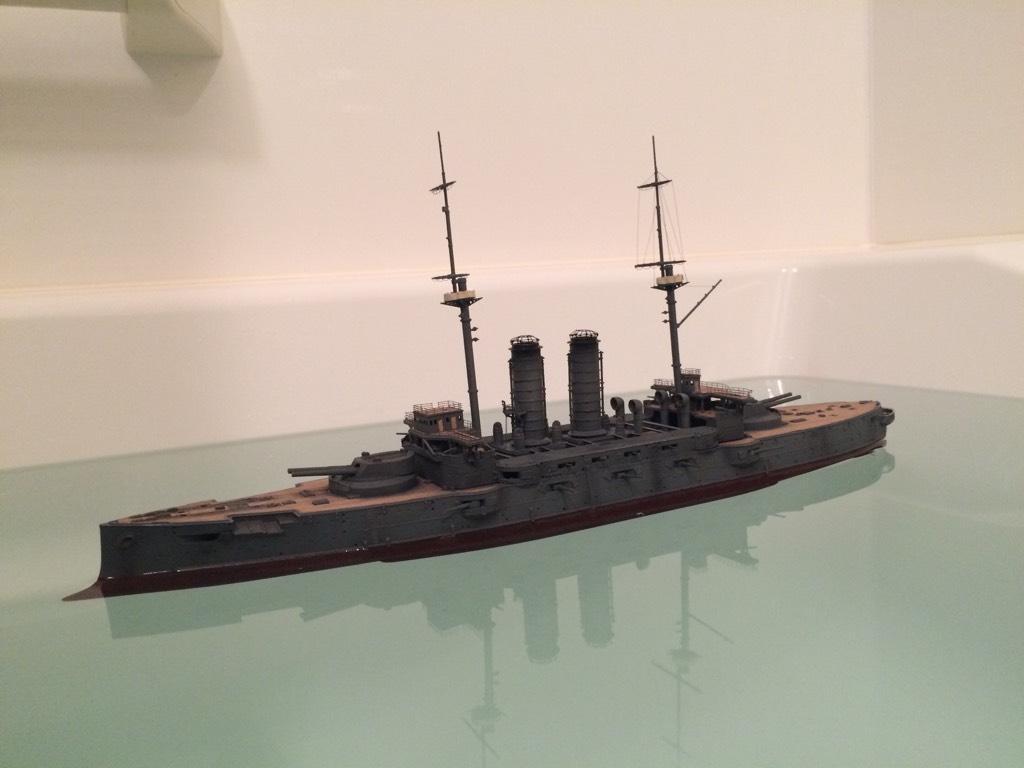 オモリを入れて三笠の排水量15,140tの350/350/350で、353グラムに合わせてあるので、吃水ピッタリに水に浮く。これがやりたかった。でもこれ船型がちゃんと再現されてるって事だよなー。さすがハセガワ。 http://t.co/ANrWUsdHEJ