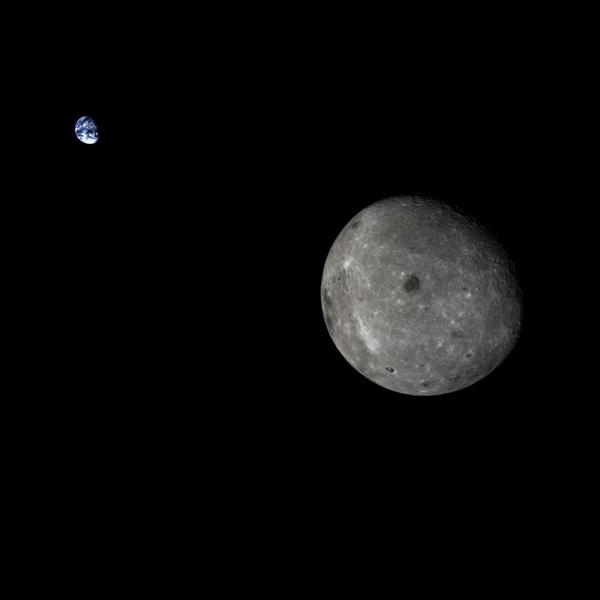 Pretty cool and very rare image of the Moon and Earth together! By Chinese Chang'e-5 Moon probe http://t.co/jzhNmyMkCf (via @esa_nl)