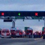 Presencia de manifestantes en caseta Tuxtla - San Cristóbal, conduzca con cuidado #Tuxtla http://t.co/VTj0MDhFbc