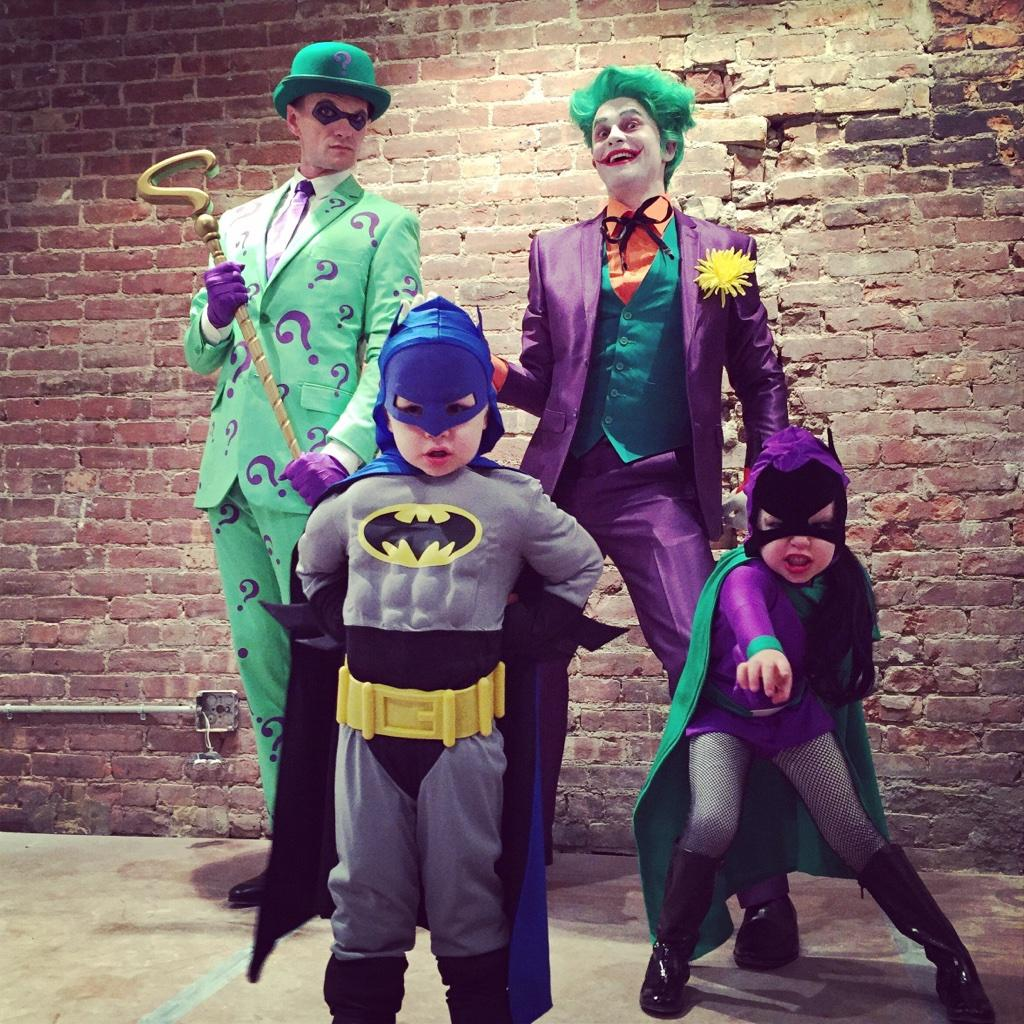 Neil Patrick Harris (@ActuallyNPH): Happy Halloween from Gotham City!! http://t.co/3gzmG44iEf