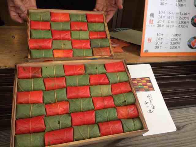 紅葉柿の葉寿司 @柿の葉寿司 山の辺さん(桜井市)。この時期しか手に入らない美しい逸品!今は赤と緑の2色ですが、しばらくすると黄色い葉も加わるはず。予約したものを無事に購入できましたので、今晩いただきます! http://t.co/PaUr16PFx9