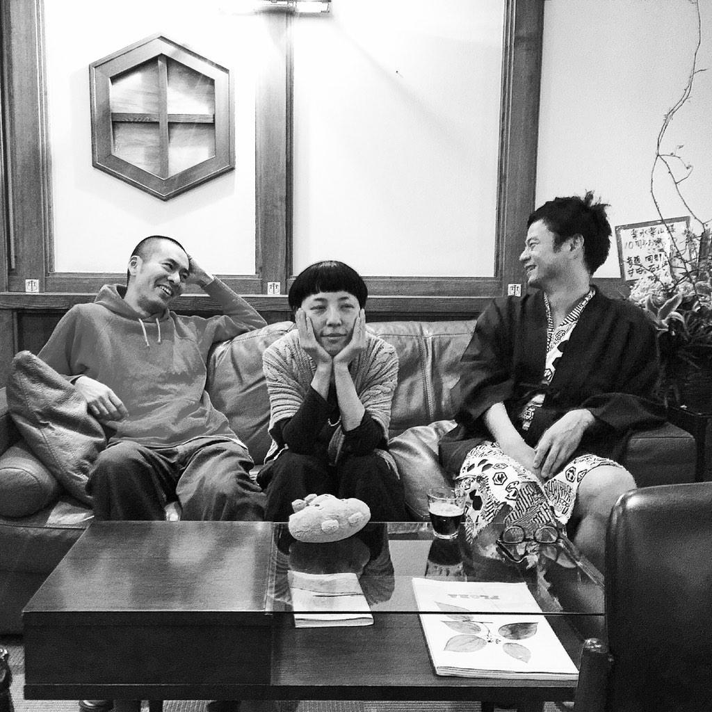 アンコールでは、奇妙礼太郎さんと一緒に「幸せな結末」「プカプカ」を歌いま した。  写真は佐藤良成と奇妙さんに挟まれて半寝の佐野遊穂。 http://t.co/Ca5y8xoooB