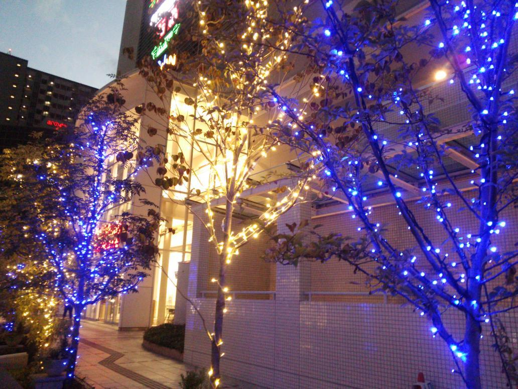 今年もヴィアあべのウォークにイルミネーションの灯がともりました。。。さらに今年はあべの天王寺地域の商業施設が合同点灯し、地域が一体となった今年のイルミネーションが始まりました!! http://t.co/X3Fop5YgCu