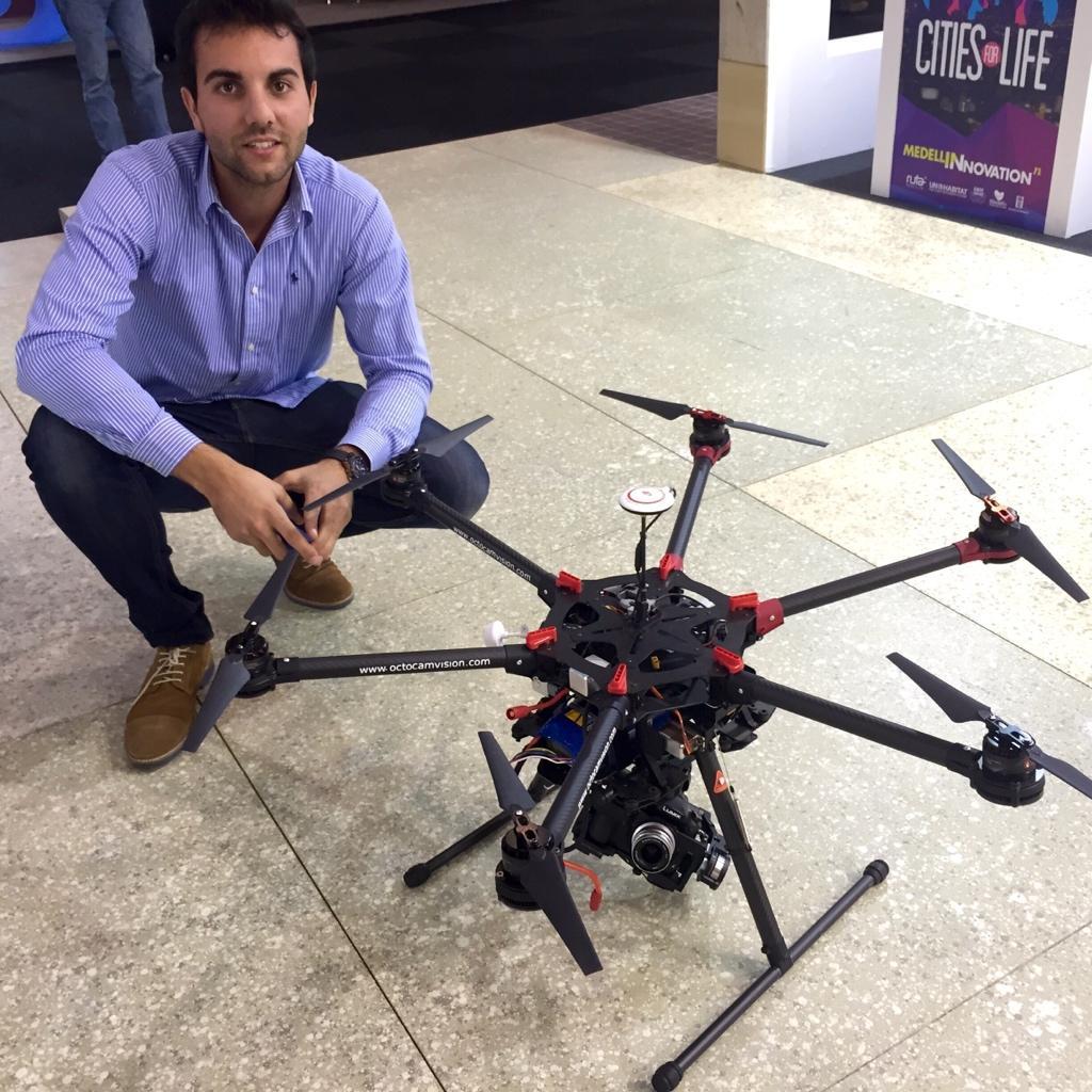 Desde la #smartcityexpo, un dron con cámara CSC embarcada (GH4) para dar soporte a emergencias médicas en tiempo real http://t.co/2HdOJGHvnL