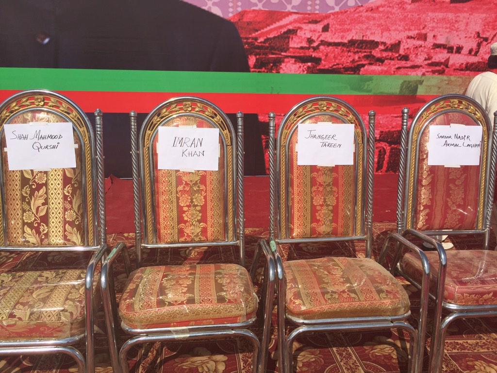 Gharidah Farooqi (@GFarooqi): @ImranKhanPTI wl b surrounded by Makhdooms,Sardars&Nawabs whn he raise 'change' slogan in #Sindh 2dy AliAbad.Larkana http://t.co/oHas8aMeYl