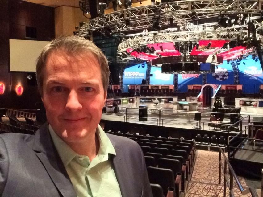 Vi er på plass! Her skal det kjempes om millioner i natt. Felix Stephensen er Norges mann! #2poker http://t.co/k1RqRM80wi