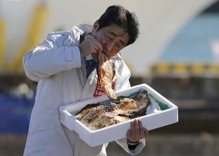 【ロイター通信】お魚にかぶりつく安倍ちゃんをご覧ください