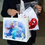 コム デ ギャルソン青山店にアナとエルサ 異色のコラボコレクション発売 http://t.co/S3qz3PekfQ ショッパーにもアナとエルサ。オープン前には行列も http://t.co/tmrBwljgi1