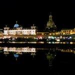 Unser schönes #Dresden, gespiegelt in einer großen Pfütze am Ufer, die Elbe ist erst dahinter zu sehen. http://t.co/oI1YMnVNlq