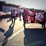 Maestros y estudiantes marchan 43 kilómetros desde #Cardel hasta #Veracruz por #Ayotzinapa / #YaMeCanse http://t.co/UXquKLBhSL