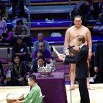 <千秋楽の様子>日仏友好杯。優勝した白鵬にビッグマカロン。#sumo http://t.co/q5xCLd3qM1