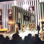 A linda @taylorswift13 lacrou com mágica no palco! <3 #AMAnaTNT http://t.co/oe2NXVew58