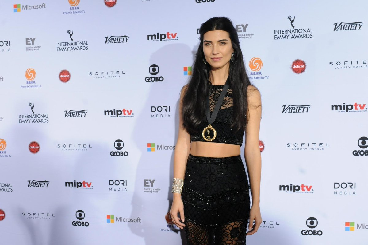Best Actress Nominee Tuba Buyukustun walks the red carpet @TubaBustun @startv #iemmy #redcarpet #20Dakika #iemmyNOM http://t.co/pSGcjw0fpU