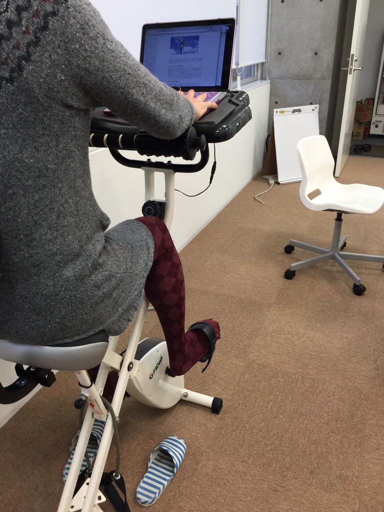 ユビレジの福利厚生として自転車こぎながら仕事ができる机が導入されました。 http://t.co/WzN730If9T