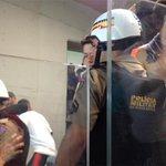 Ilhados em meio a cruzeirenses, atleticanos são impedidos pela PM de trocar de setor; VEJA: http://t.co/TGfLev4Mzr http://t.co/D5OwjJMOSI