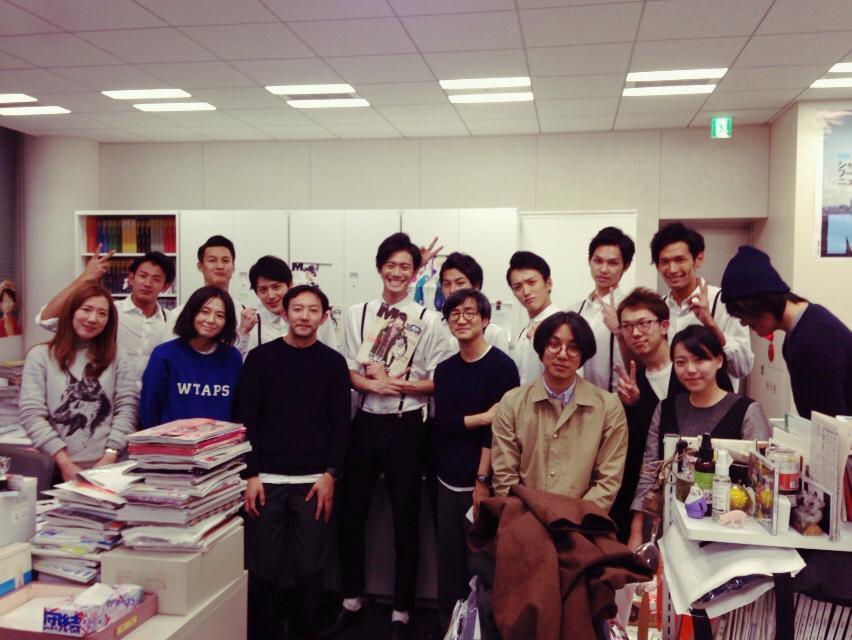 I佐編集長がハケまして、H條がカメラを託し右端に加わったの図。RT @MENSNONNOJP 日本レコード大賞は12/30(火)放映。新人賞を受賞したソリディーモ、最優秀新人賞を目指してガンバレ!メンズノンノモデル山口智也、ガンバレ! http://t.co/iOEQH4XueG