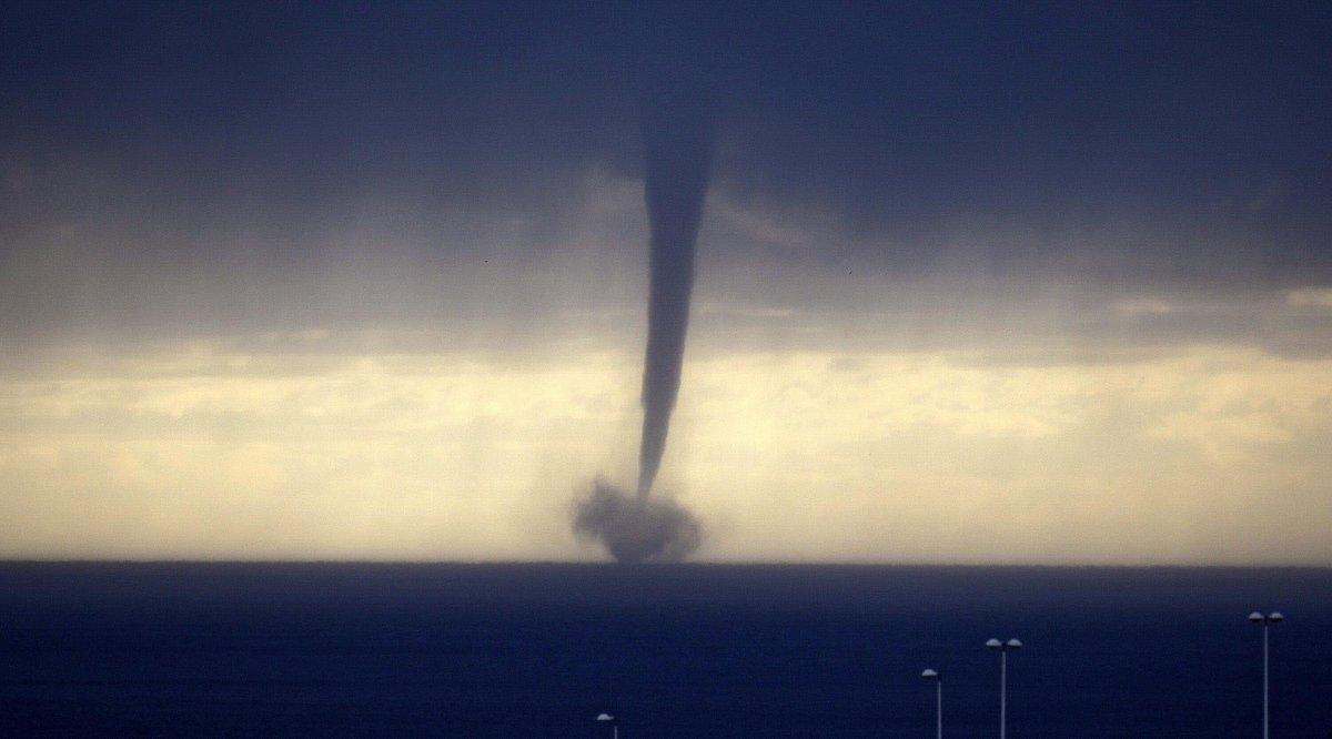 #tornadoMLG | Pasó por #Málaga, pero ¿qué es una tromba marina? http://t.co/FJlVCnOhSq http://t.co/SQIQn9In35