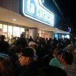 #BlackFridaySV en @LaCuracaoES. Asistentes en la entrada del almacén en Paseo General Escalón. Foto M. Hernández http://t.co/tK8SsaONqB