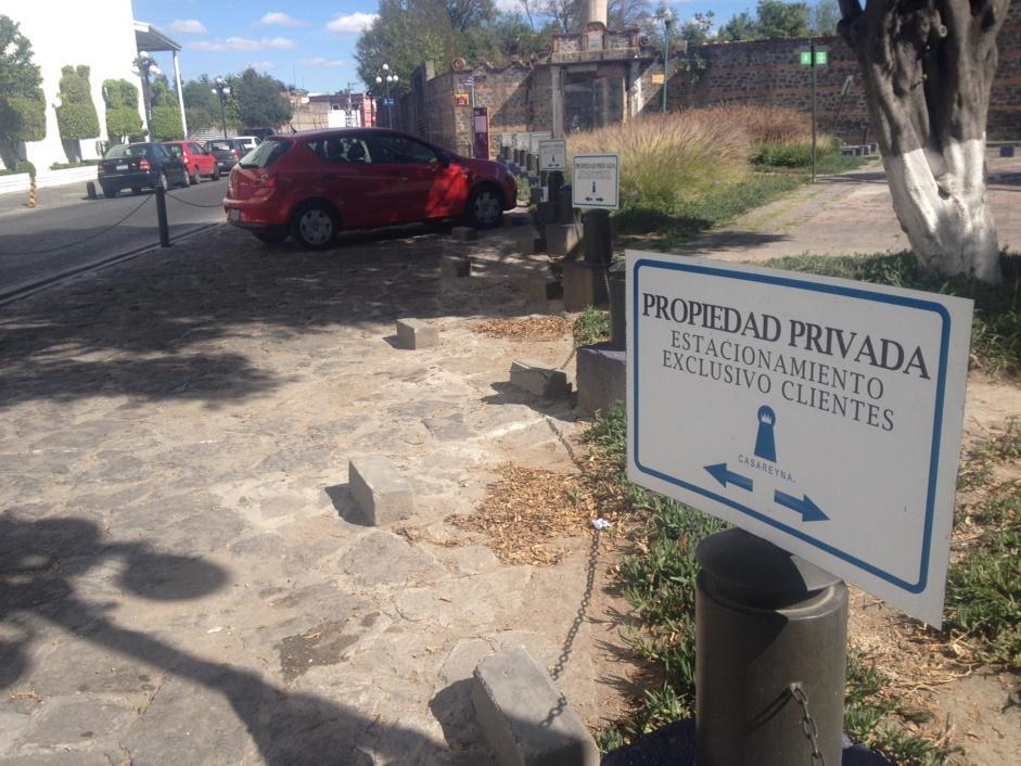 Patricia Gutiérrez (@Paty_GutierrezR): Desde cuándo la banqueta es propiedad privada, de Casa Reyna? #Puebla #Nojodan @SSPTM_Puebla http://t.co/XYMcz2C40a