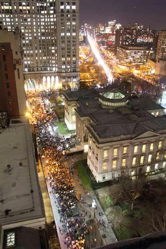 A powerful image tonight as the #EricGarner march shuts down Broad Street and the Brooklyn Bridge. #BlackLivesMatter http://t.co/KkuDQZ0e3Y