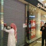 """""""التجارة"""" تغلق قبل قليل في جدة #مانجو و #FG4  لإيهام المستهلك في #التخفيضات وإصدار فاتورة اعلى من سعر السلعة المعروض. http://t.co/FYnwzZ2wRX"""