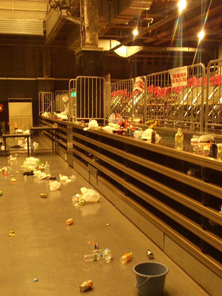 楽しいパーティーの裏で片付けなどをしていただいてるスタッフへの感謝を忘れてはいけないなぁって思う。なるべくゴミはゴミ箱まで持ち帰ろう来年の冬の宴。 http://t.co/EBf6YrdQrX