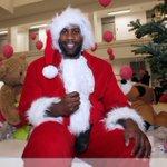 Teddy Riner a joué les Pères Noël pour les enfants malades http://t.co/Q6BCmKGmCO #AFP http://t.co/ERvw0sw8op
