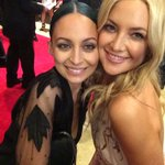 Love this cute picture of @nicolerichie and Kate Hudson at the #PEOPLEMagazineAwards! http://t.co/fI3GvweXPy