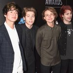 5SOS on the #PEOPLEMagazineAwards red carpet #4 http://t.co/TmmqnKD06b