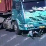 A cyclist in China escapes unhurt after being run over by a truck http://t.co/Qghi9KZBFt